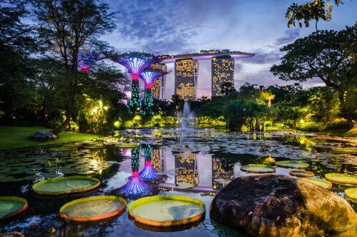 Gardens by the bay, med kontroversiella Marina Bay Sands i bakgrunden.