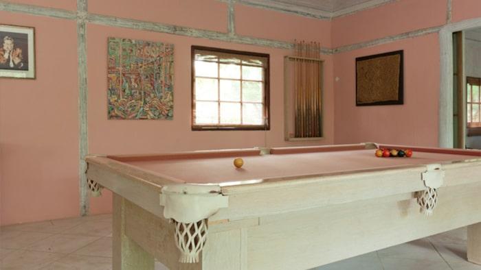 Biljardbordet har samma rosa färg som väggarna.