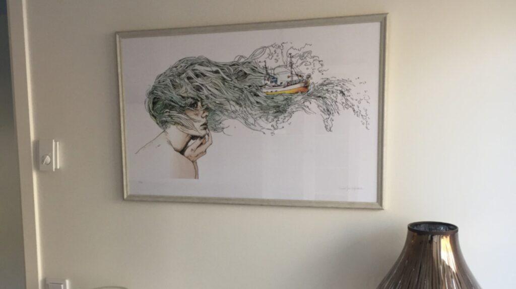 Tavlan är målad av Unnur Helgadottir, Saras forne A-teens-kollega Amir Pauls fru.