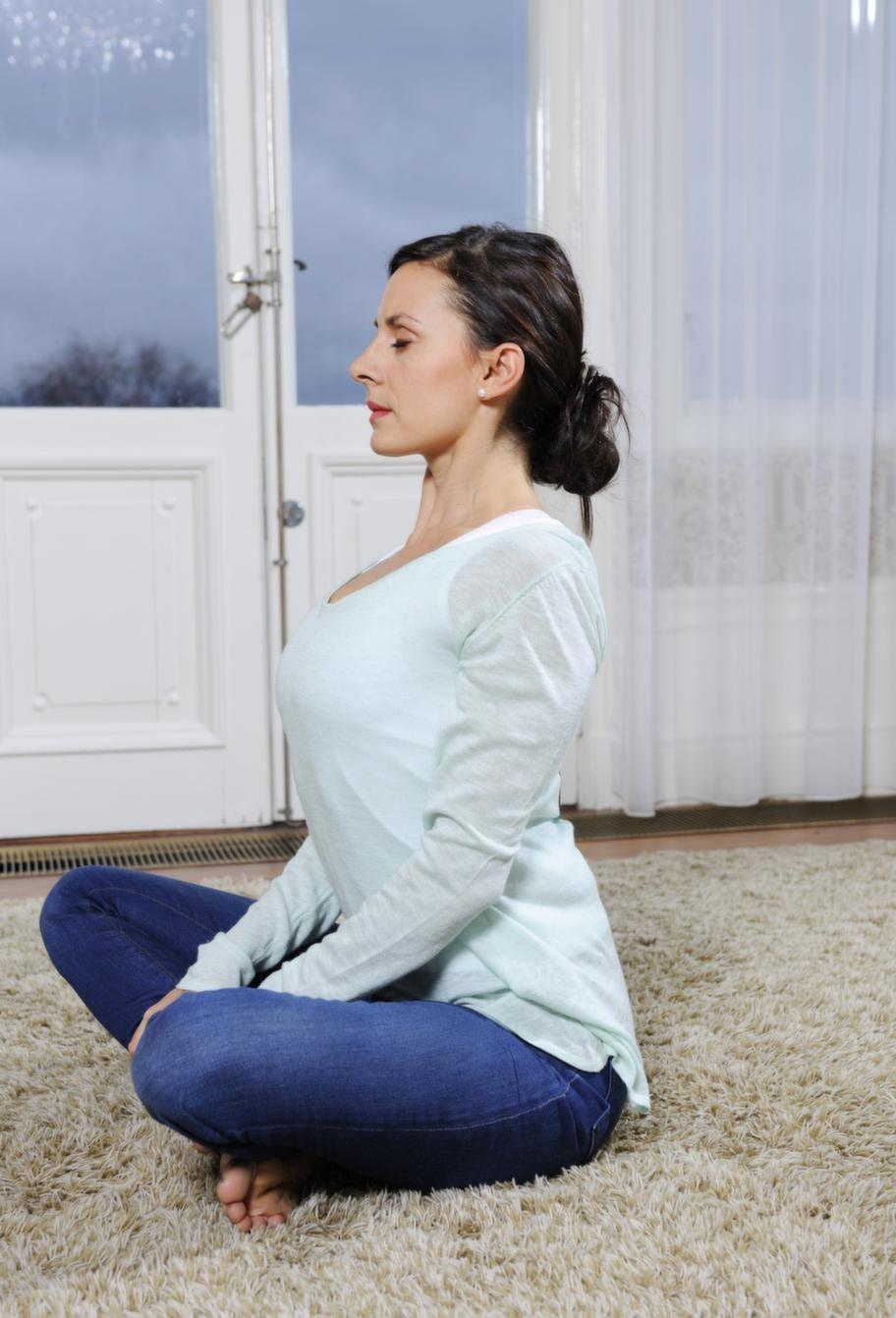 <strong>2. Ryggböjning</strong><br><strong>Gör så här:</strong><br>Sätt upp händerna på axlarna. Fingrarna fram, tummarna bak. Andas in och böj överkroppen åt vänster ner mot golvet samtidigt som höger armbåge strävar upp mot taket. Andas ut samtidigt som du böjer dig ner åt höger och låter vänster armbåge sträva upp mot taket. Fortsätt i en till tre minuter. <br><strong>Effekt: </strong><br>Tillsammans med ryggflexen är detta en komplett stretch för ryggraden som förhindrar ryggproblem och minskar spänningar.<br><strong>Obs: </strong> Se även nästa bild.