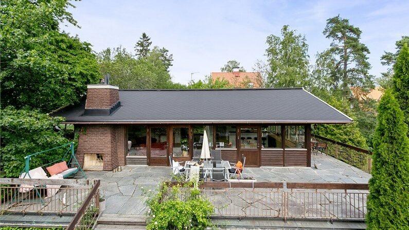 Tvåplansvillan med klassisk 70-talsdesign ligger inbäddad i grönska på Lidingö.