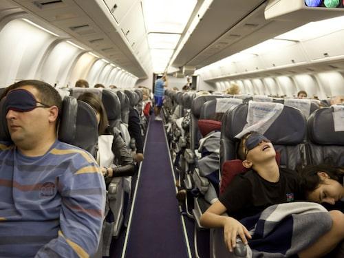 Det finns en biologisk anledning till att många vill sova under flygresan.
