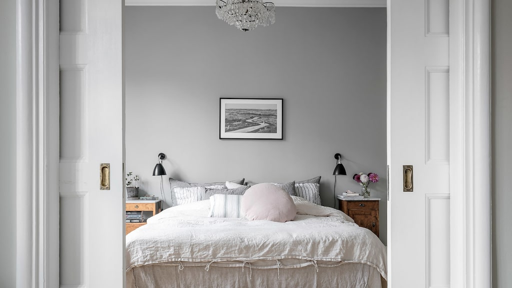 I fil med vardagsrummet ligger det största sovrummet, ett härligt ljust och behagligt rum. Rummet passar också bra som matsal eller ytterligare ett sällskapsrum. Även här smyckas taket av stuckatur och skjutdörrar som allt är ursprungligt.