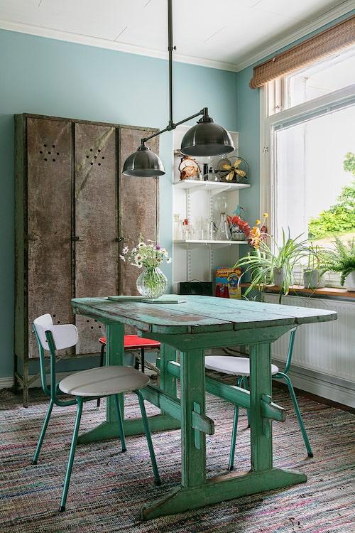 Både det vackert slitna lilla köksbordet och det gamla klädskåpet är vintagefynd.