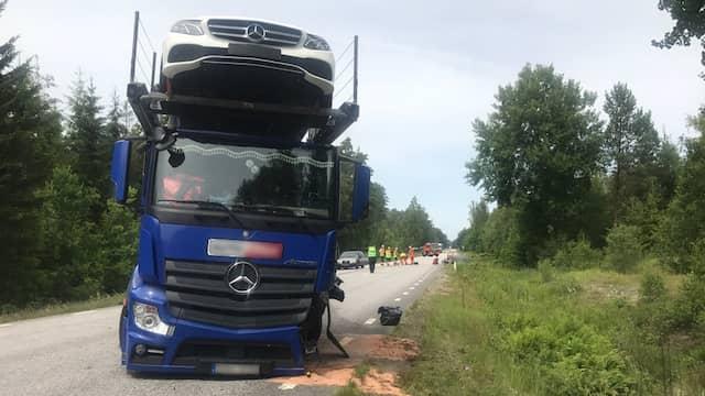 Tva doda i frontalkrock mellan lastbil och personbil