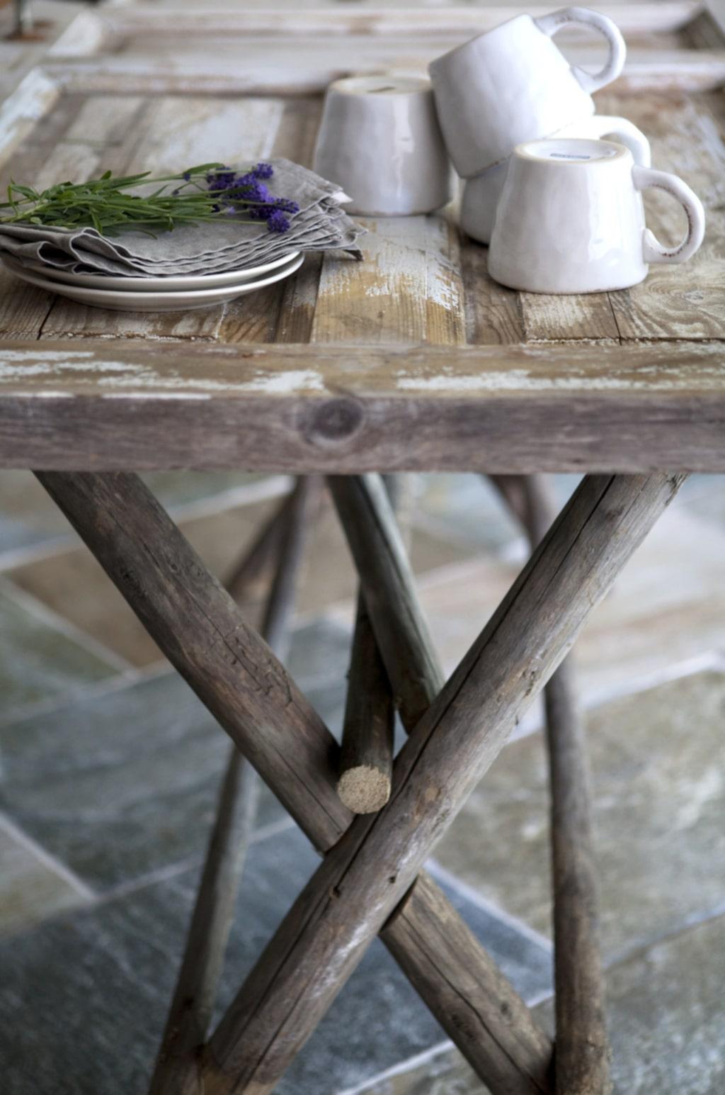 Bordet är byggt av en gammal dörr. Underredet är byggt av gamla störar, byggt efter gammal modell.