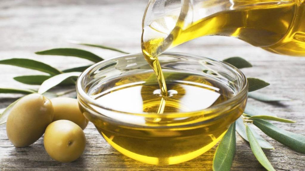 Olivolja är en utmärkt olja för sallader – men vid upphettning går åsikterna isär.