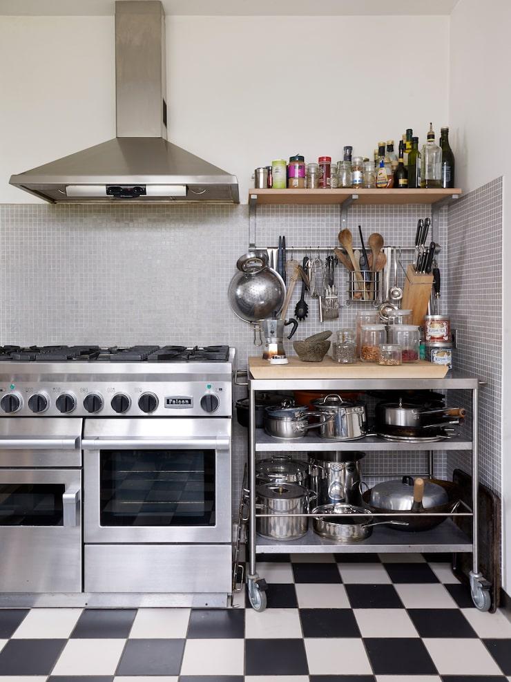 David och Madeleine tycker mycket om att laga mat och har inrett köket med öppna hyllor där alla köksattiraljer är lättillgängliga. Gasspis, Falcon. Rullbord, Ikea.