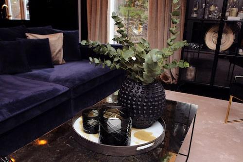 Mattorna är från Frejas boning och vardagsrumsbordet med oljad glasskiva kommer från DIS Inredning. Svart keramikvas och ljuslyktor från Slettvoll. Vitrinskåp från Nordal Interiors.