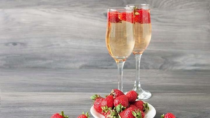 Se till att välja sött vin till jordgubbarna, annars kan det bli en smakmässigt knepig kombination.