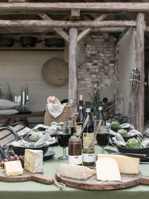Det bjuds på goda ostar och rött vin, när vänner snart kommer på besök.