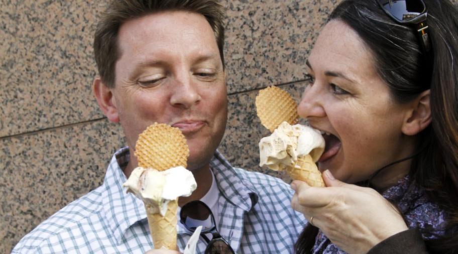 Mark och Angela Merchant från Kalifornien tar en glasspaus utanför Bianco Latte.
