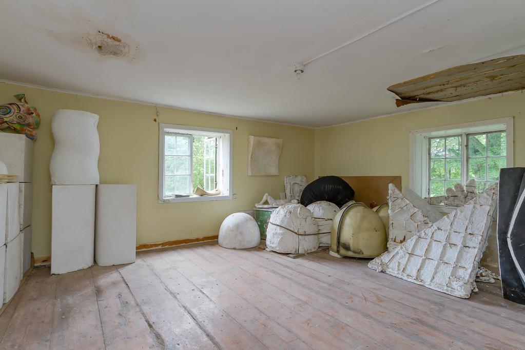 Stora rummet, lämpligt som vardagsrum, har använts som magasinering för konstnärerna.