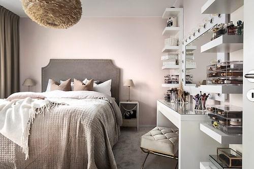 Tvårumslägenheten på 66 kvadratmeter har en del rosa i sig.