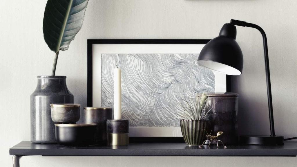 Inred med svarta och mörka kulörer. Mörkt och murrigt gillas nu. Sovrum inrett som lyxigt vardagsrum är en het trend. Här inspiration från Broste Copenhagen.