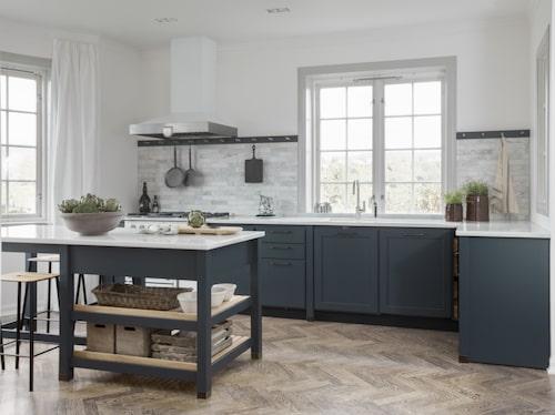 Kvänums kök Cool classic finns nu i den blågröna nyansen Hav. Köket snickras på plats.