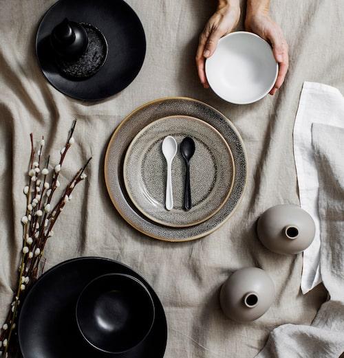 Rustik keramik syns överallt just nu. Med jordnära toner är det lätt att mixa och matcha sina favoriter.