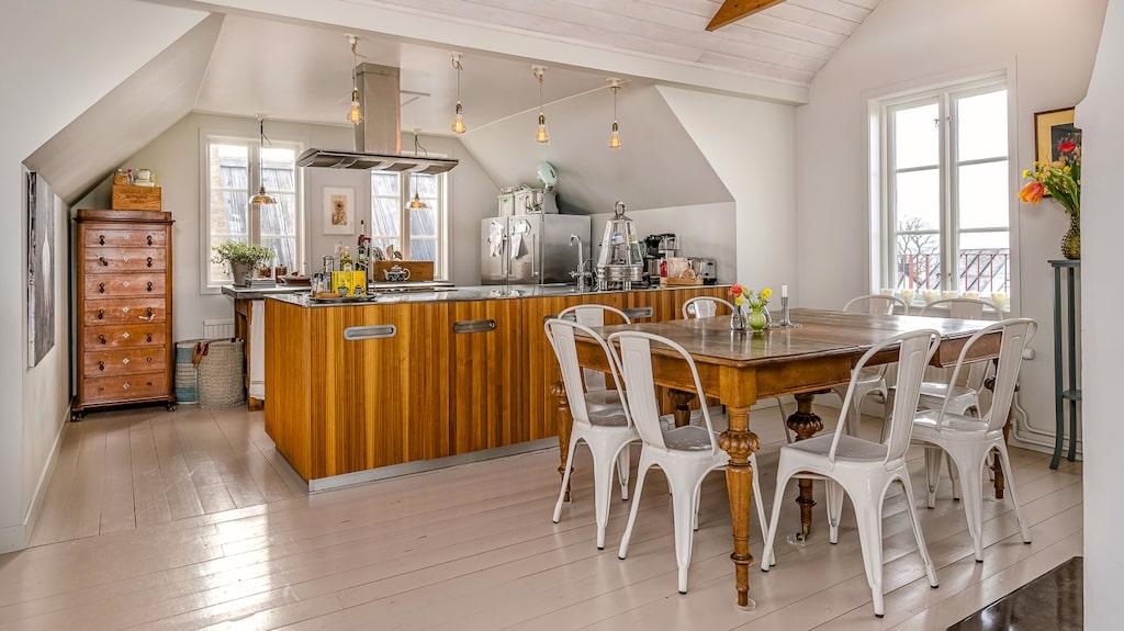 På övre plan ligger köket med charmigt synliga takbjälkar.