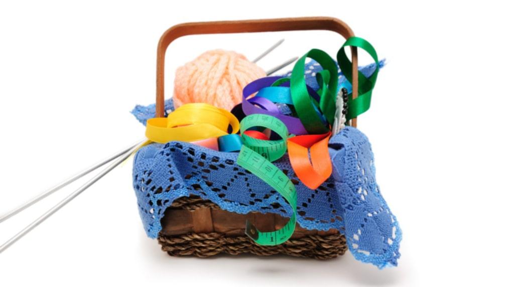 Använd dig av korgar som du lägger saker som du inte vet var du ska göra av. Ha det så under veckorna – och under helgen kan du gå igenom korgen och hitta plats åt prylarna.