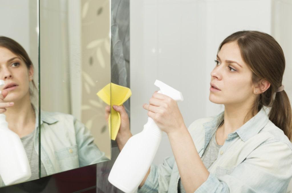 Exempelvis – ta inte fram rengöringssprejen varje gång du ser ett märke på spegeln. Fukten tar sig in bakom spegeln och skadar den.