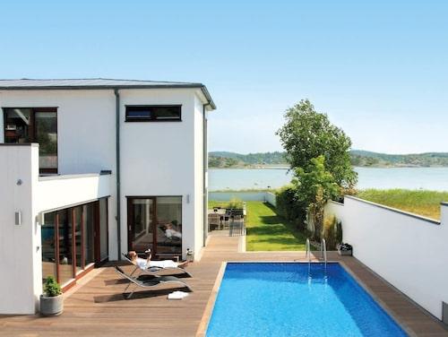 Det ideala är om poolen står i söderläge och på en vindskyddad plats. Då kan du dra lite extra nytta av solen när du ska värma upp din pool. Här rektangulär modell från Poolkungen.