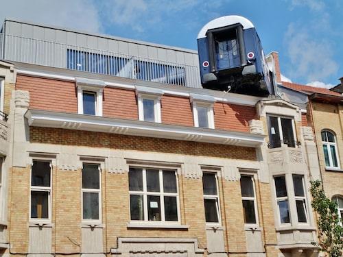 I Bryssel erbjuds sovvagn på snedden högt upp i luften.
