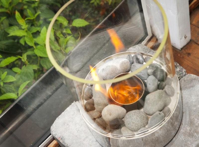 Etanolbrasan från K-Rauta värmer lika gott som en oljeradiator - men inte i mer än drygt en timme, sen måste man fylla på nytt spisbränsle.