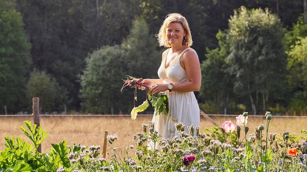 Lina odlar allt ifrån olika sorters betor, squash och bondbönor till hallon, jordgubbar och sallader på tomten.