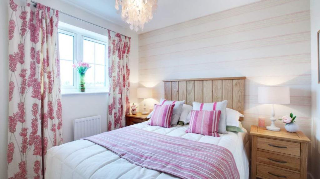 <p>Ljus pasteller får sovrummet att kännas luftigare. Och en randig fondtapet på tvären ger intryck av ett större rum.</p>