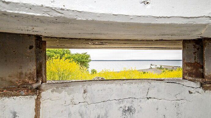 Från bunkern ser man ut över havet.