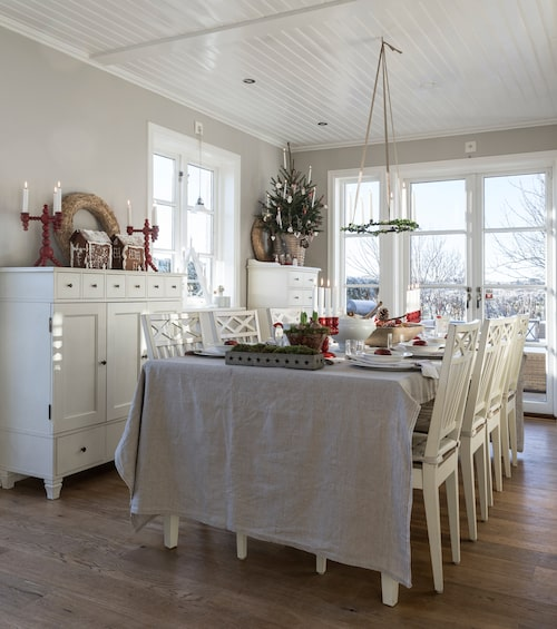 Till jul står alltid barnens pepparkakshus på första parkett på skänken i matsalen. Vid tolvslaget på nyår slås de sönder och bitarna äts upp. Victoria och Jack har hållit sig till samma vita möbelserie sedan de köpte sina första matsalsmöbler för 19 år sedan. Möbler Wilma, Lundbergs möbler.