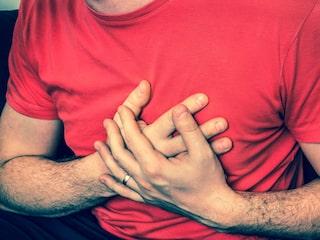 ont i bröstet höger sida djupa andetag