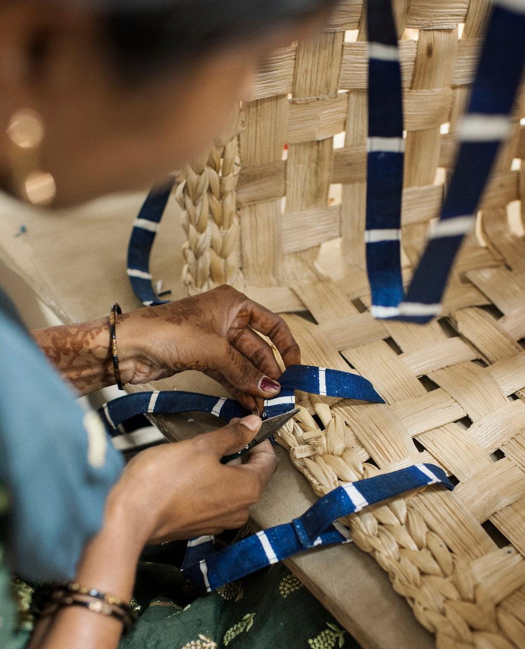 Målsättningen med samarbetet är att stärka kvinnor genom hantverket och ge människor möjligheten att försörja sig i utsatta samhällen över hela världen.