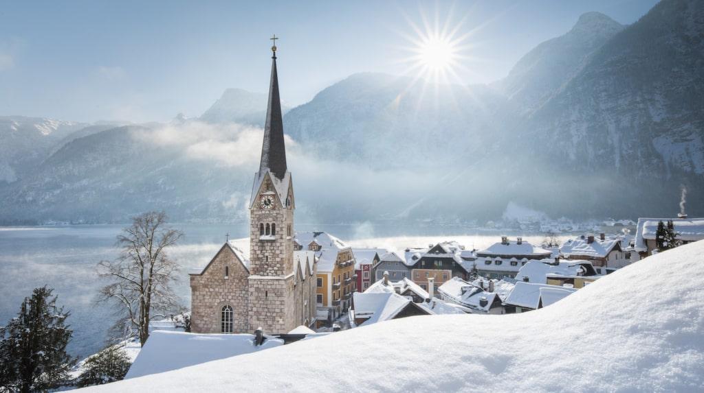 Kyrkan i byn utgör en central del av byn.