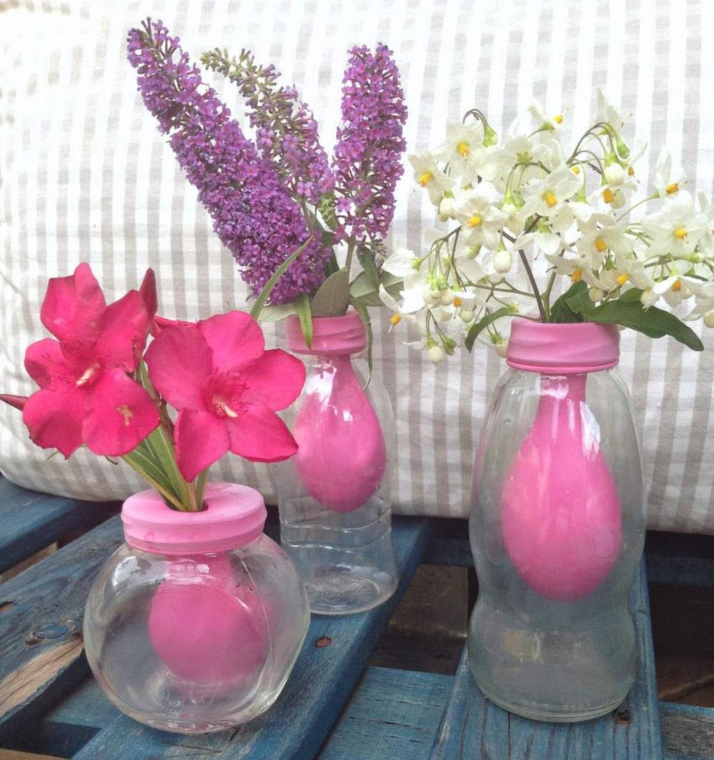 Så här fint kan det bli att ha snittblommor i en vas med ballong. Perfekt om du bara har vaser som är för stora.
