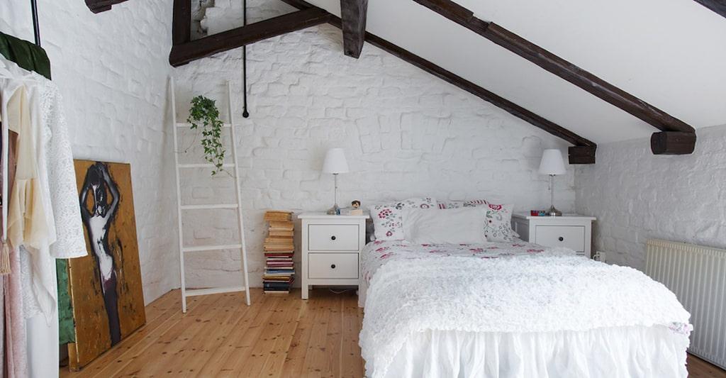 På övervåningen är originalgolven och takbjälkarna bevarade.