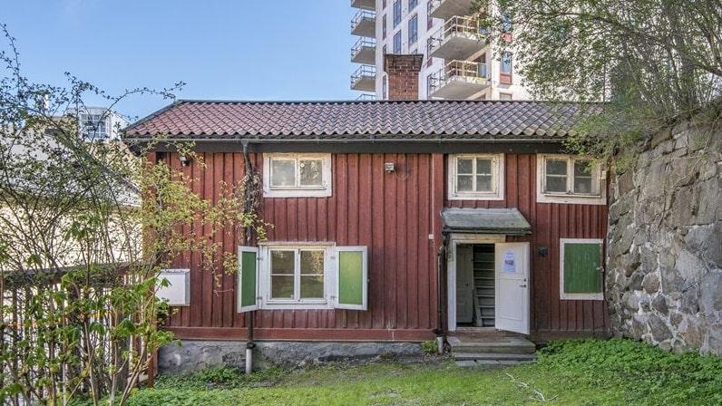 Det här röda, charmiga huset ligger i centrala Norrköping och ser väldigt idylliskt ut.