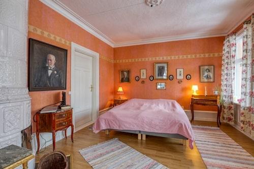I huset finns tolv rum, varav åtta används som sovrum. Det här leder ut till en av husets tre balkonger.