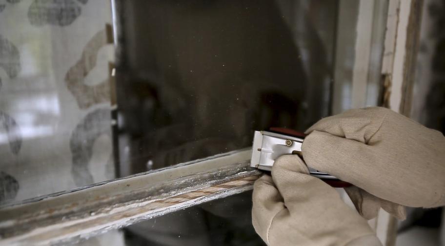 <strong>ROSTSKYDDSFÄRG PÅ DETALJER</strong><br>2. Borsta de skrapade ytorna med stålborste men se upp så att du inte repar fönsterrutorna. Skrapa bort gammalt färgstänk med fönsterskrapan. Fukta rutan med vatten så minskar risken för repor i glaset. Sen slipar du fönsterbågen med slippapper. Järndetaljerna målar du först med rostskyddsfärg.