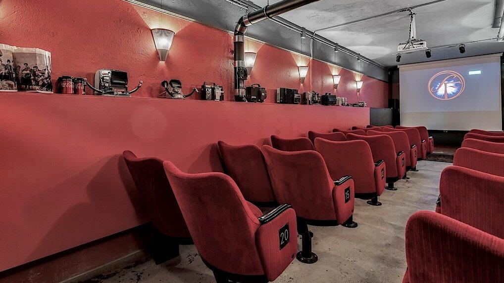 Den som bor i huset i Vasastan i Stockholm kan boka biosalongen med 20 sittplatser för privata filmvisningar.