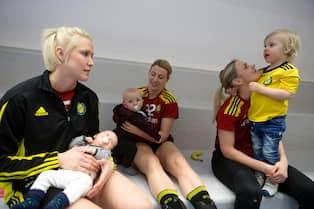 Mammorna som tillsammans blev svenska mästare med Sävehof i våras. Från  vänster  Elin Hallagård med Stina b489a9ed54351