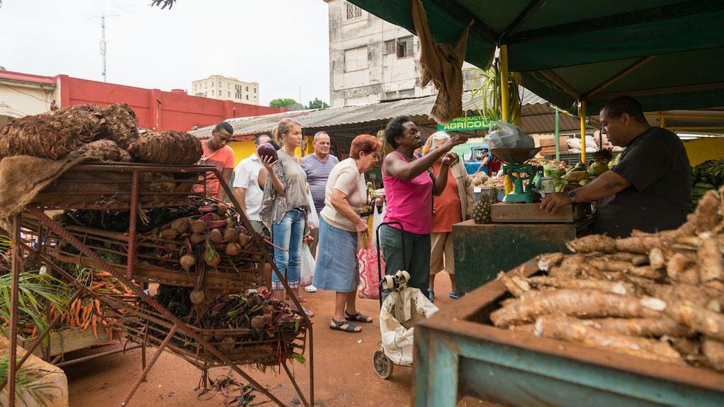 Få en inblick i kubanernas vardag på marknaden.