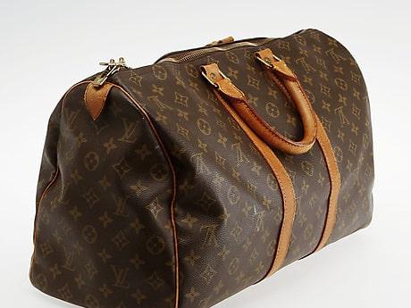 """Väska, """"Keepall 45"""", Louis Vuitton. Monogrammönstrad canvas och detaljer av naturfärgat skinn och gulmetall. Med tillhörande adresstag. Märkt """"Louis Vuitton, Paris, Made in France"""". Slutpris: 5 600 kronor."""