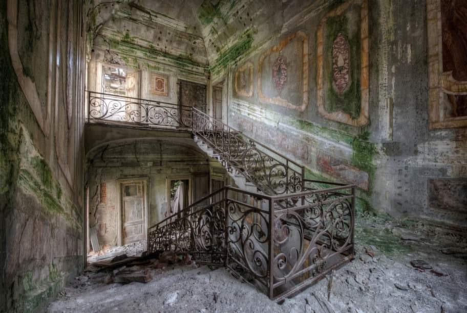 En villa där trappan har marmorklädda väggar.