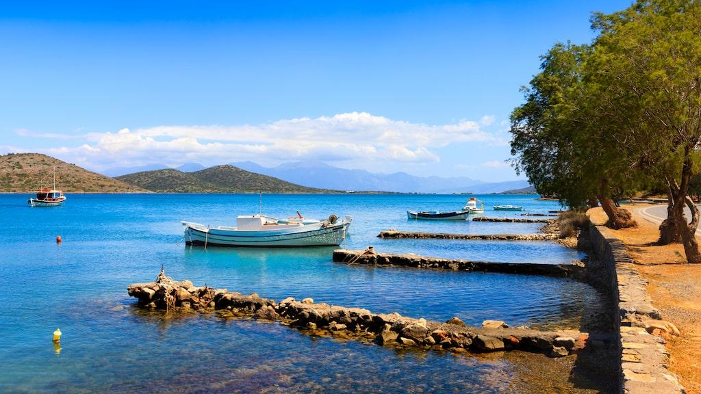 Exklusiva fiskebyn Elouda drar till sig kändisar och är känd för sin blåa nyans på vattnet.
