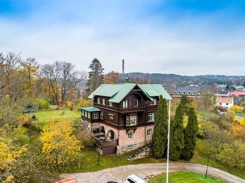Villa Skanskullen har tre våningsplan samt stor vind och källare.