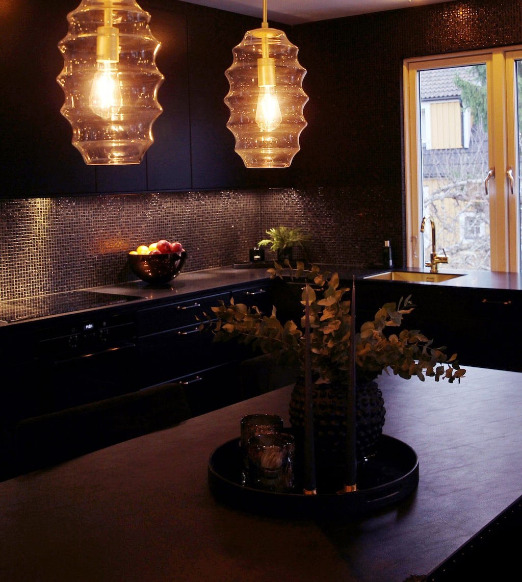 Matsalsbordet är klätt i svart skinn med nitar och kommer från Plan B Design. Vas och bricka från Slettvoll.