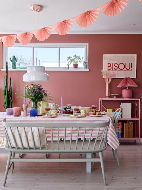 """""""Varje matplats behöver en pinnsoffa, det är sen gammalt"""", säger Julia. Sidobord, By On. Poster, Thewayweplay.se. Takrosett, Snowpuppe. Randig vas och kruka, Oyoy. Den rosa lampan kommer från Julias föräldrars vind."""