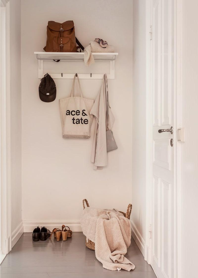 Via den egna ingången når man hallen som rymmer hatthylla med krokar och plats för att ställa av sig skor.