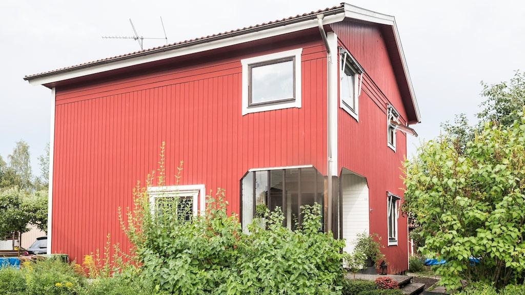 Trävillan från 1921 ligger i Örebro och hade stort renoveringsbehov när paret köpte den. Liksom insidan ska huset få en grå nyans.